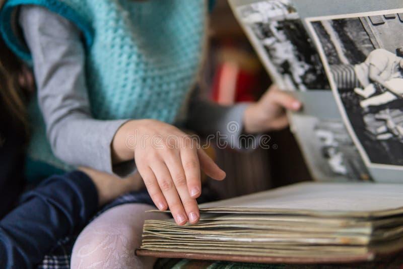 生叶通过家庭册页的女孩 免版税库存照片