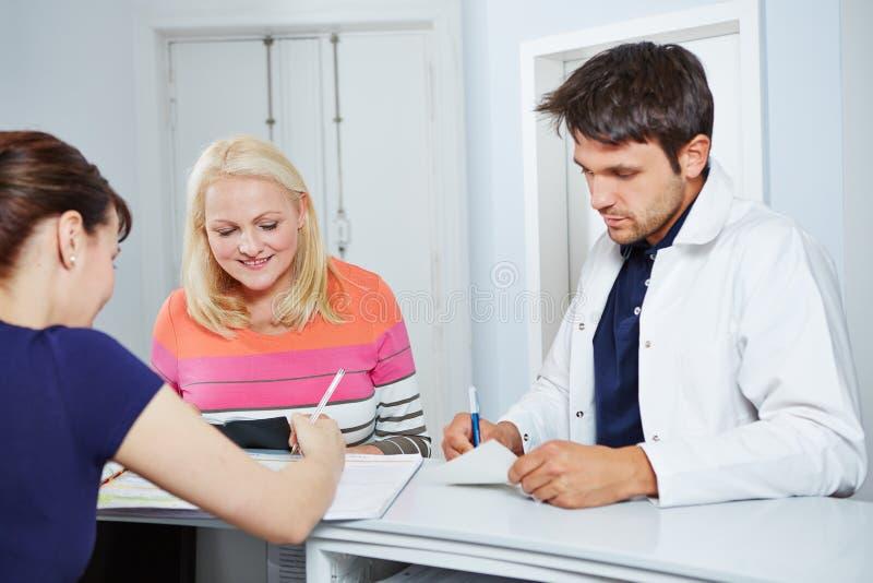 医生和患者招待会的 免版税库存图片