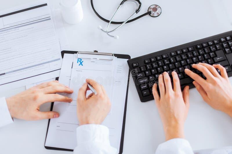 医生和护士文字处方纸 免版税库存照片