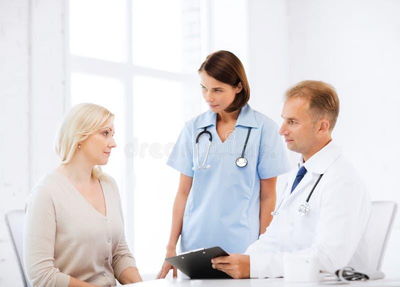医生和护士有患者的在医院 免版税库存照片