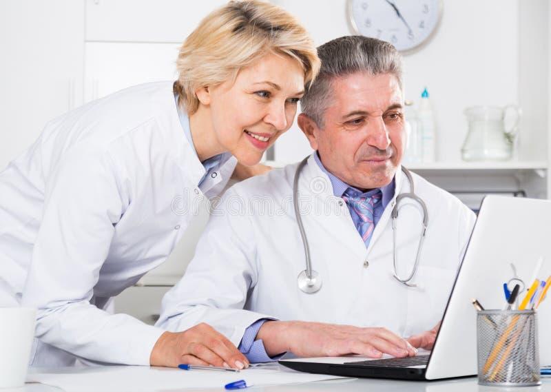 医生和护士读书信息 免版税库存图片