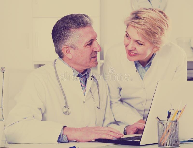 医生和护士读书信息 图库摄影