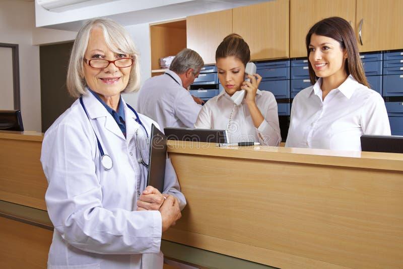 医生和接待员在医院 免版税库存图片