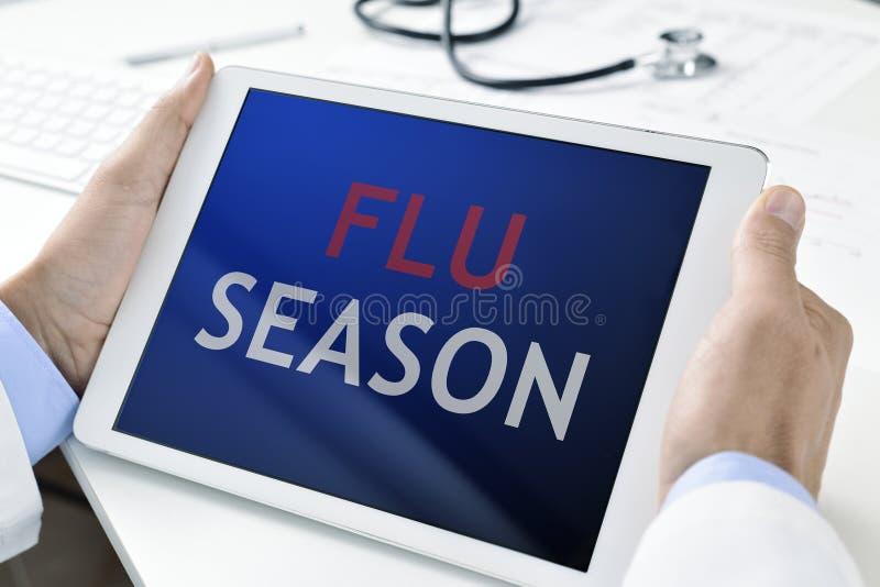 医生和片剂有文本流感季节的 库存照片