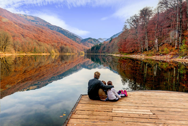 生和他的享受比奥格勒湖的看法女儿(生物 图库摄影