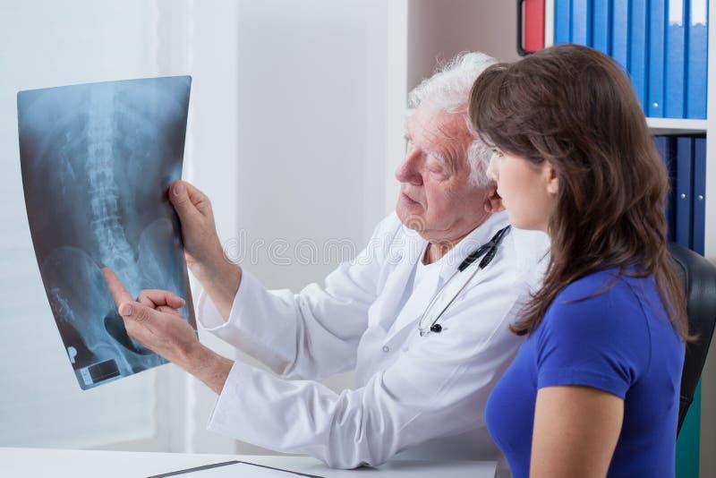 医生和X-射线图象 库存照片