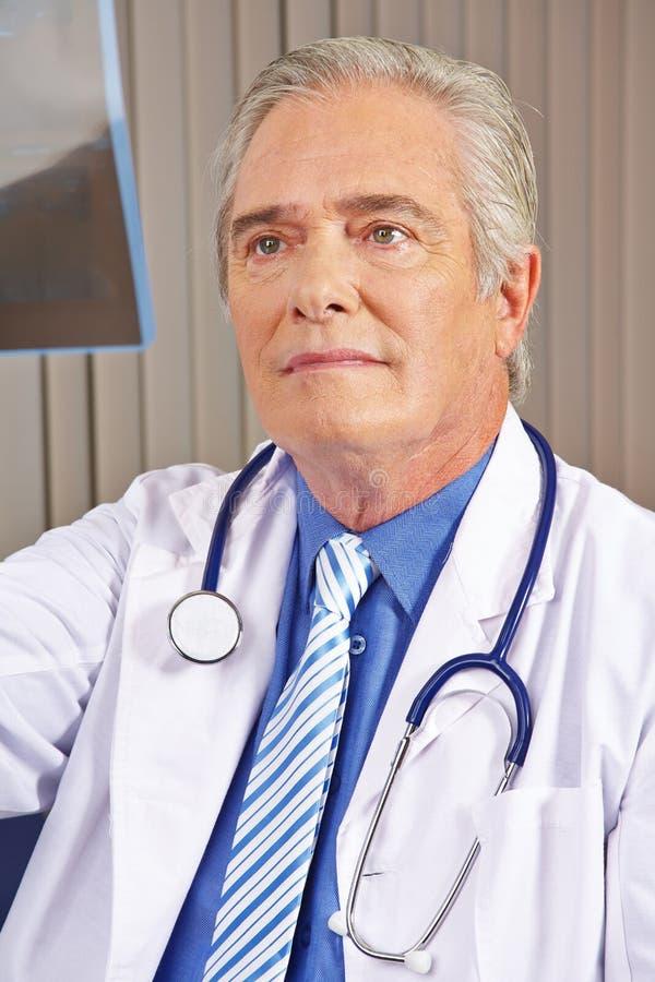 医生在看X-射线图象的医院 库存图片