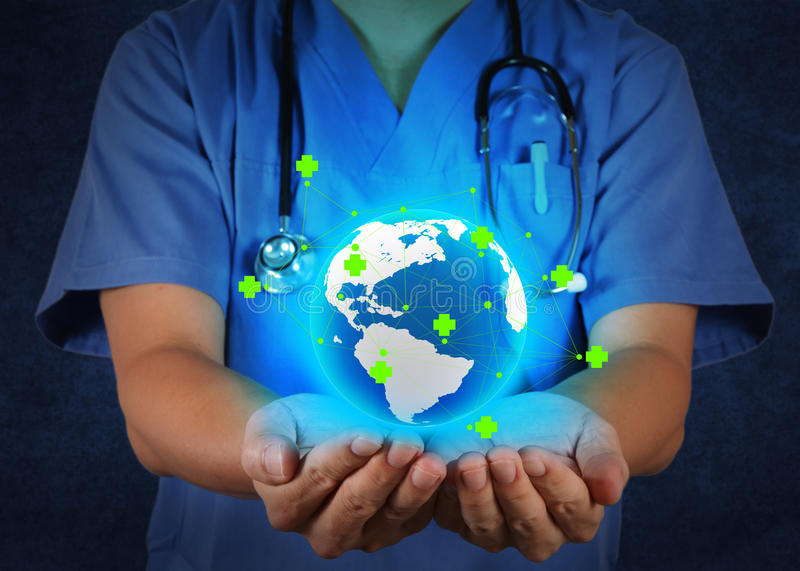 医生在他的手上的拿着世界地球作为医疗网 免版税库存照片