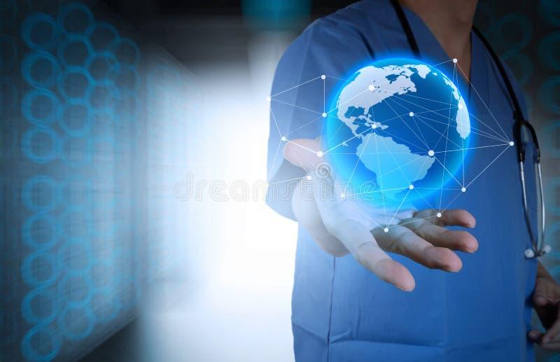 医生在他的手上的拿着世界地球 免版税库存照片