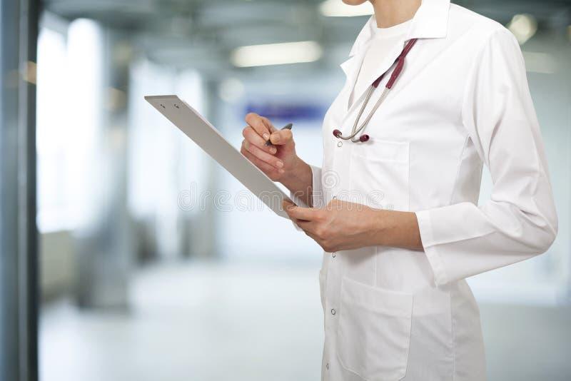 医生妇女在医院 免版税库存照片