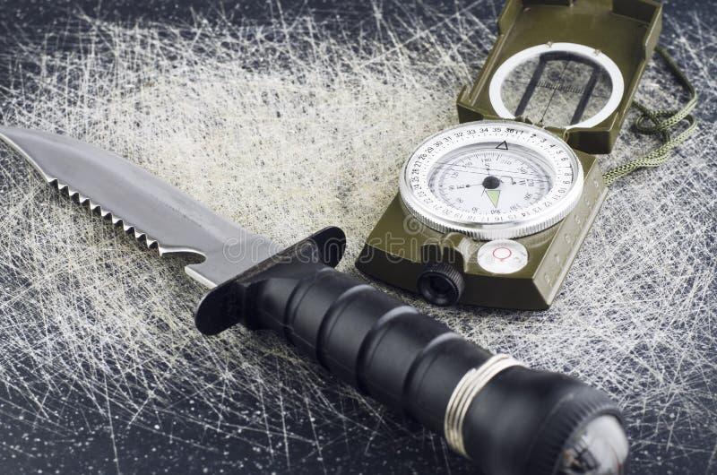 生存刀子和军用指南针 免版税库存图片