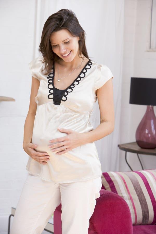 生存怀孕的空间微笑的常设妇女 库存照片