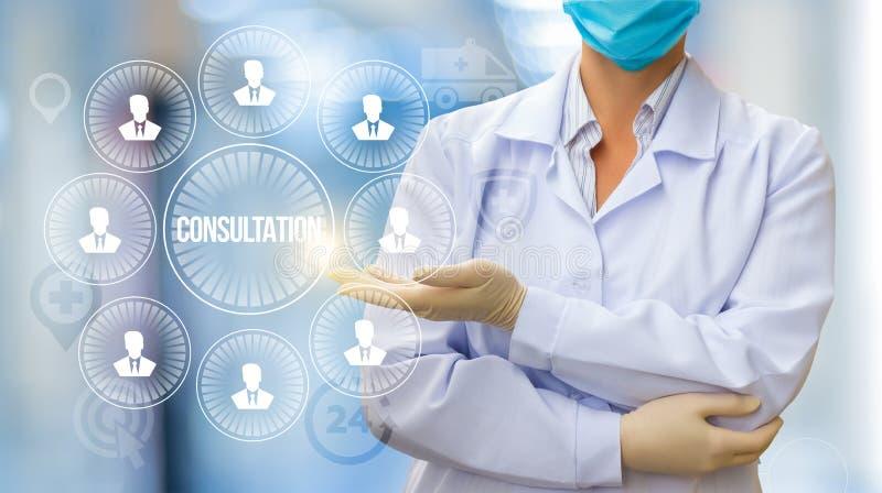 医生展开与患者的咨询 免版税图库摄影