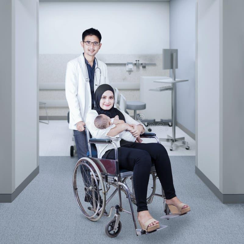 医生帮助年轻母亲和她的婴孩 库存图片