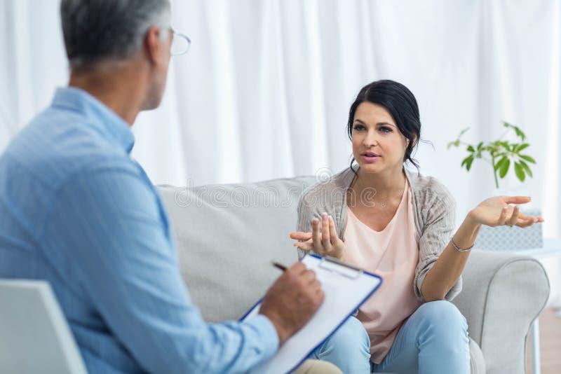 医生怀孕联系与妇女 免版税库存图片