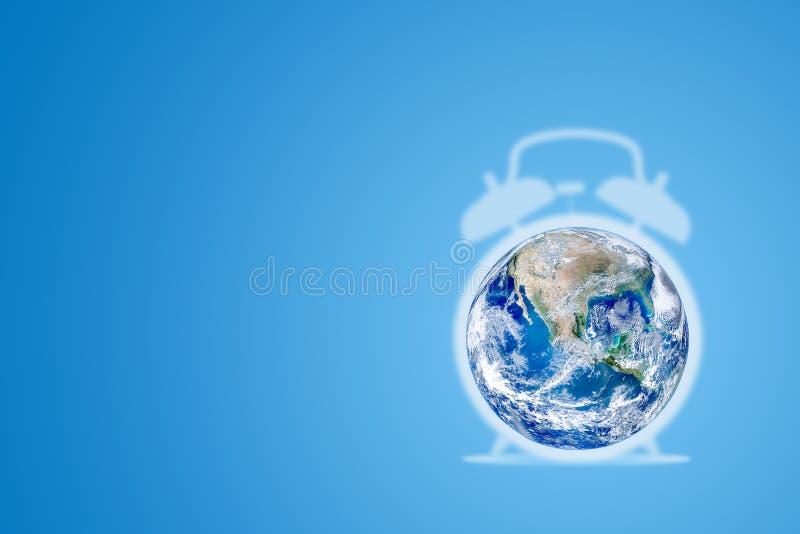 生态和环境概念:蓝色行星地球地球闹钟有蓝色背景 向量例证