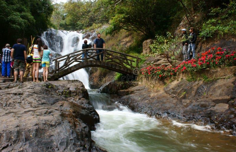 生态旅游的旅客在度假在瀑布的 免版税图库摄影