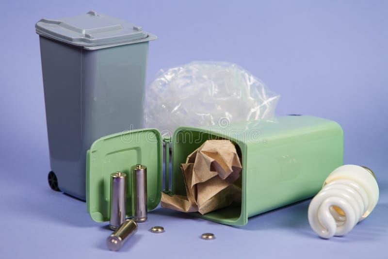 生态概念,在容器的很多可再循环的对象 免版税图库摄影