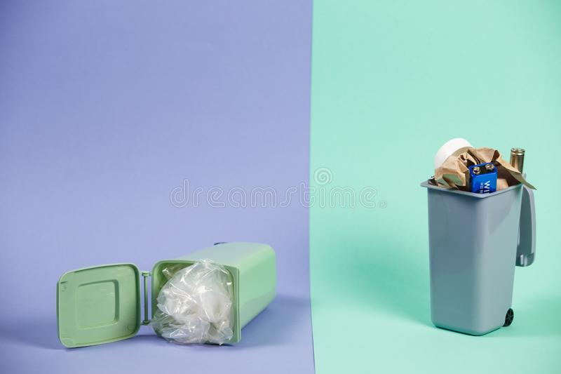 生态概念,在容器的很多可再循环的对象 免版税库存照片