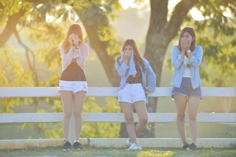 生态概念-女孩用途衬衣盖子鼻子和面孔p的 免版税库存图片