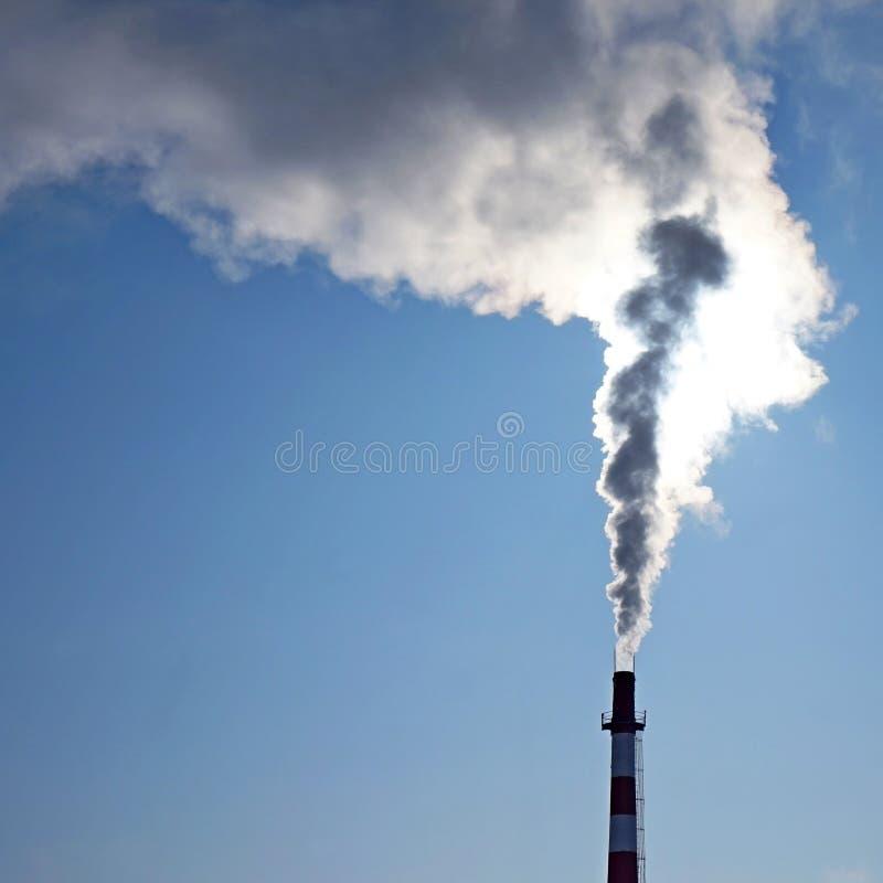 生态 有烟的烟囱 库存图片