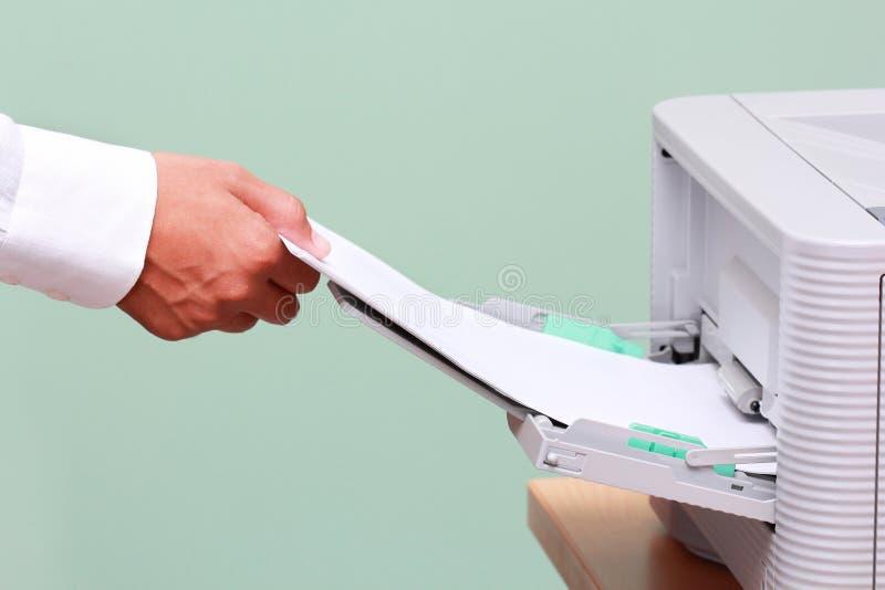 生意人与打印机一起使用 免版税库存图片