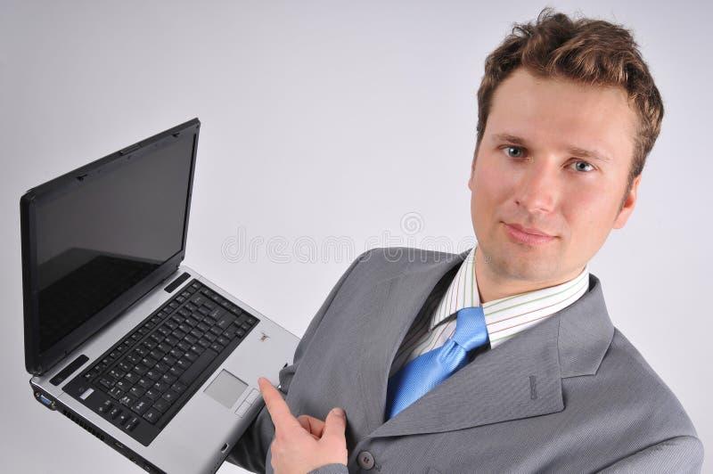 生意人他的膝上型计算机工作 免版税库存照片