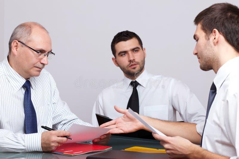 生意人会议坐的表三 库存图片