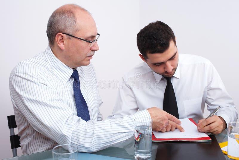 生意人会议坐的表二 免版税库存图片