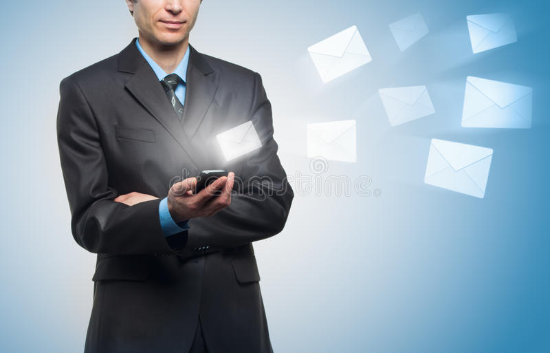 生意人传送虚拟信息 免版税库存照片
