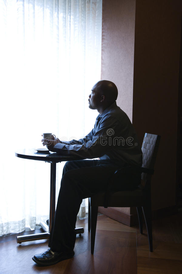 生意人咖啡馆坐的视窗 库存照片