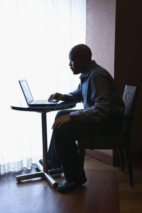 生意人咖啡馆膝上型计算机表 免版税库存图片