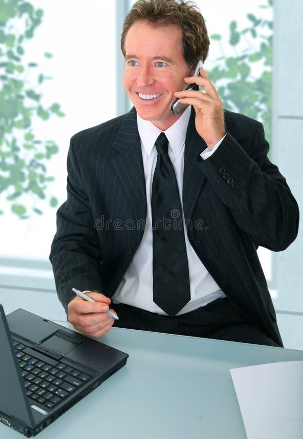 生意人完成办公室高级工作 免版税库存照片