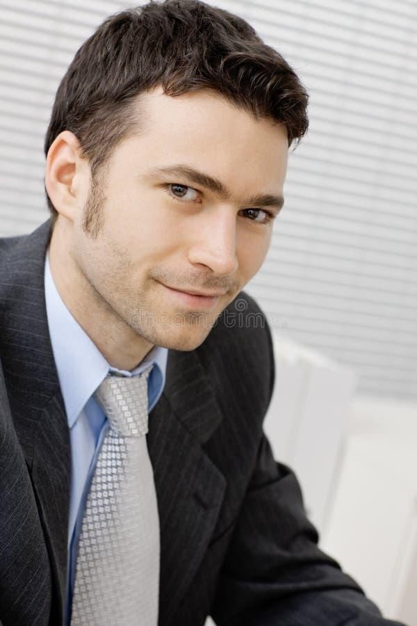生意人微笑的年轻人 免版税图库摄影