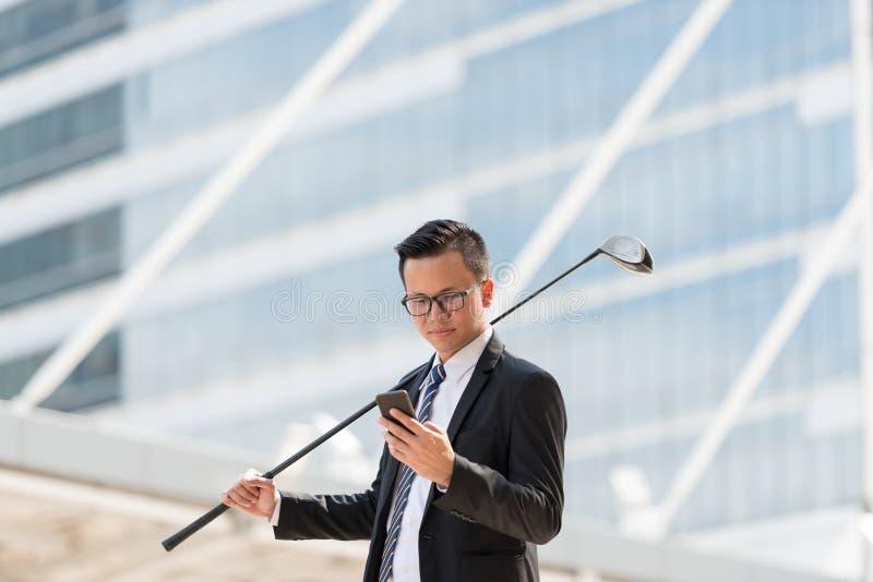 生意人成功的诉讼 拿着高尔夫用品的手和 库存照片