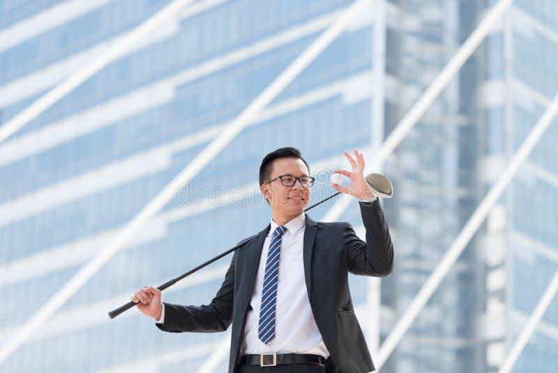 生意人成功的诉讼 拿着高尔夫用品的手stan 免版税库存照片