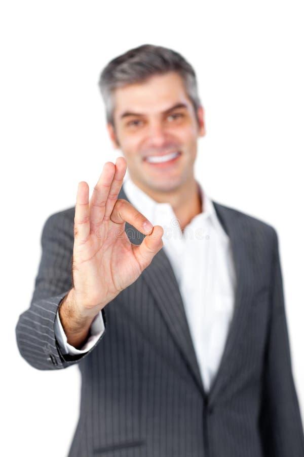 生意人成熟好显示的符号微笑 免版税库存照片