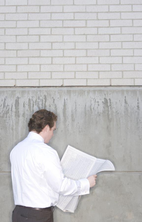 生意人报纸读取 库存图片