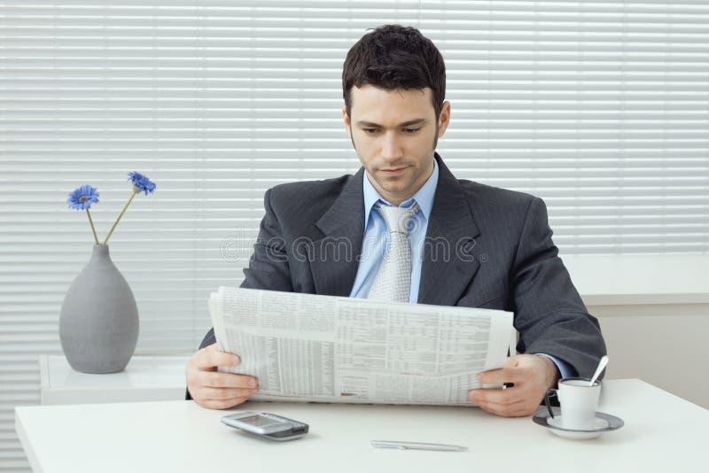 生意人报纸读取 免版税库存照片