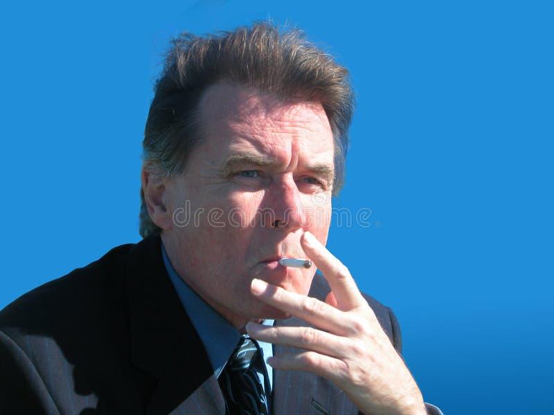 Download 生意人抽烟 库存图片. 图片 包括有 世界, 人们, 香烟, 重点, 通信, 离开, 人员, 偶然地, 想法 - 179635