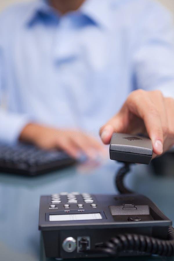 Download 生意人挂断的电话 库存图片. 图片 包括有 服务台, 工作者, 关键董事会, 办公室, 诉讼, 购买权, 户内 - 22350065