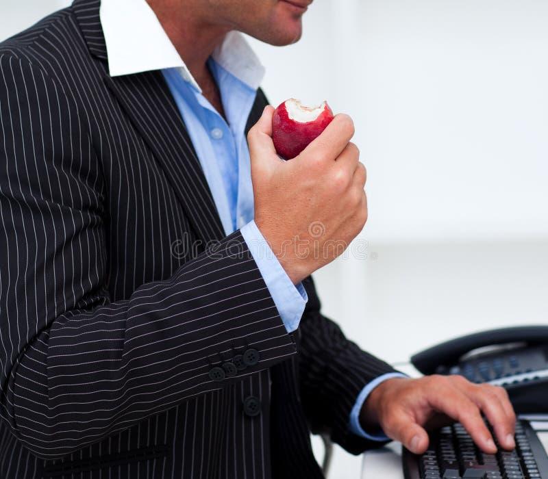 生意人接近的吃果子  库存照片