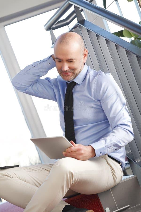 生意人数字式片剂使用 免版税图库摄影