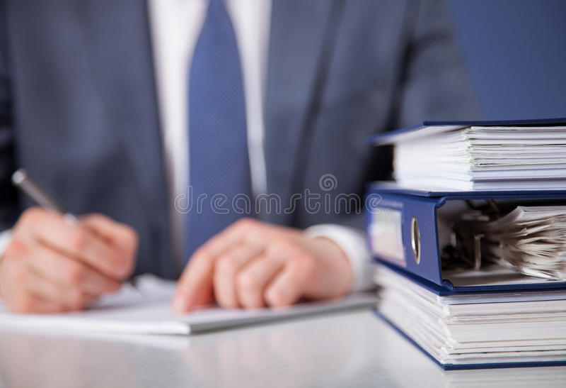 生意人文件签字 免版税库存照片