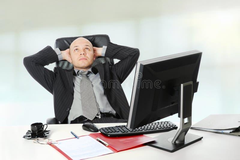 生意人服务台他的办公室开会 库存图片