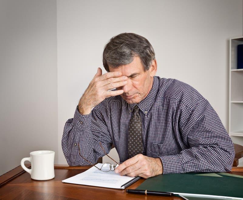 生意人服务台劳累过度疲乏 免版税图库摄影