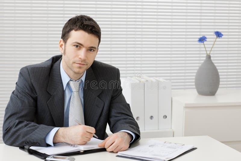 生意人服务台工作 免版税库存照片