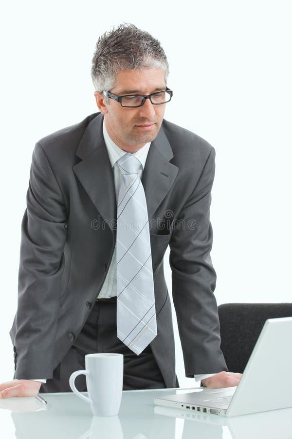生意人服务台工作 免版税库存图片
