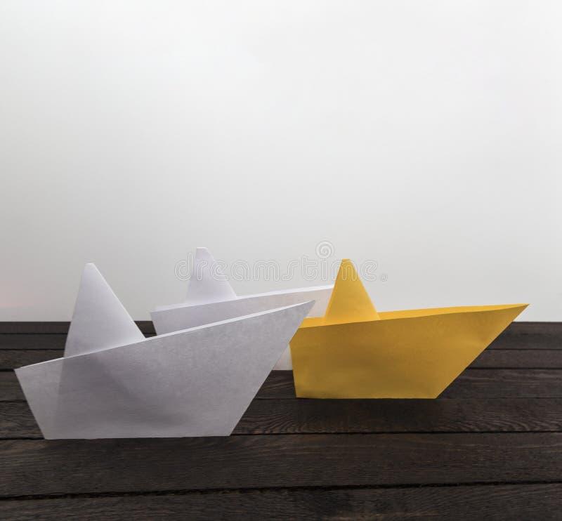 生意人概念图形结果成功 在黑暗的木背景的三条纸小船 艺术性的详细埃菲尔框架法国水平的金属巴黎仿造显示剪影塔视图的射击 库存图片