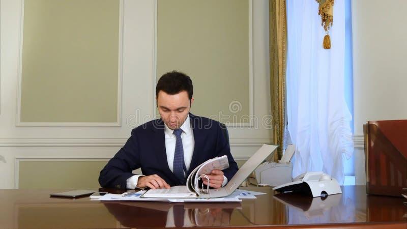 生意人淹没了文书工作 免版税库存图片
